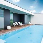 Zwembad Blue Woods Hotel met uitzicht over Deerlijk